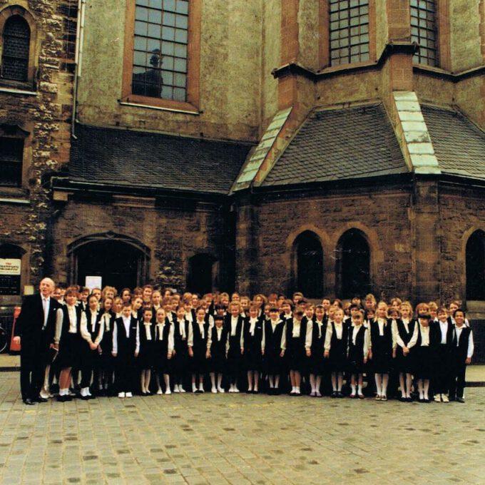 Der Zentrale Kinderchor Der Stadt Leipzig Mit Reinhardt Syhre Vor Der Nikolaikirche (1990)