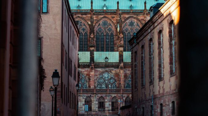 Straßburger Münster, Gesehen Durch Eine Seitengasse