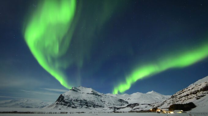 Bergige Winterlandschaft Mit Grün-blauen Nordlichtern