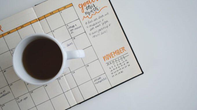 Aufgeschlagener Kalender Und Kaffee