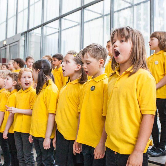 Mitglieder Der Spatzenchöre Singen Im Leipziger Bildermuseum Zugunsten Von UNICEF