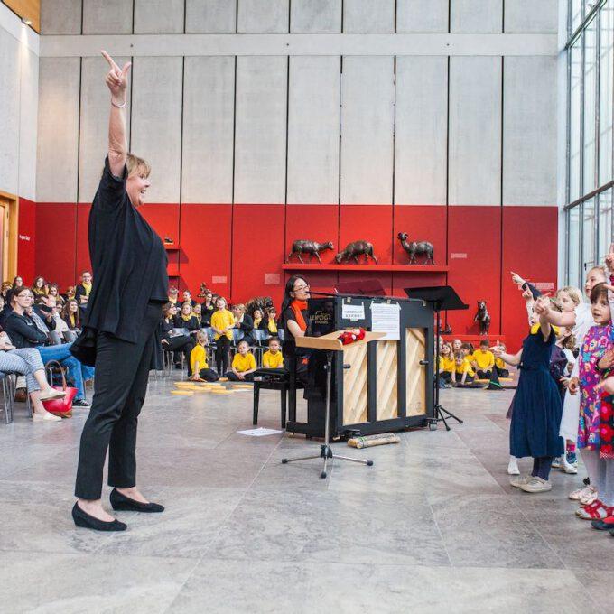 Mitglieder Der Vorschulchöre Singen Im Leipziger Bildermuseum Zugunsten Von UNICEF