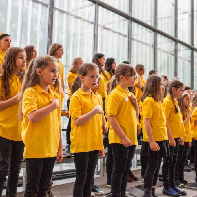 Mitglieder Des Kinderchores Singen Im Leipziger Bildermuseum Zugunsten Von UNICEF