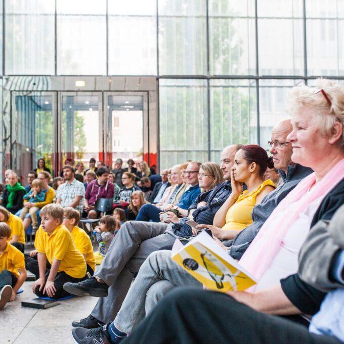 Gespannt Lauschendes Publikum Im Leipziger Bildermuseum