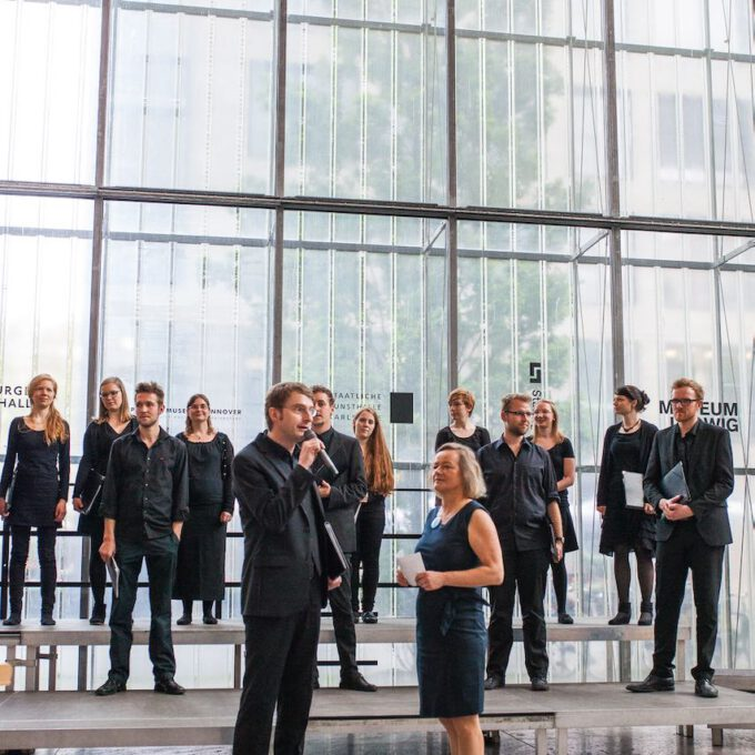 Mitglieder Kammerchores Singen Im Leipziger Bildermuseum Zugunsten Von UNICEF