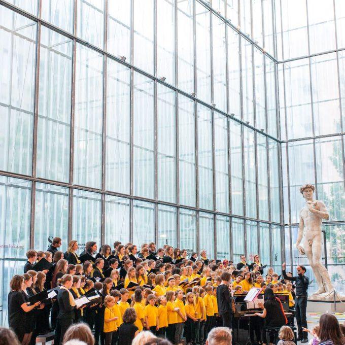 Mitglieder Der Schola Cantorum Leipzig Singen Im Leipziger Bildermuseum Zugunsten Von UNICEF