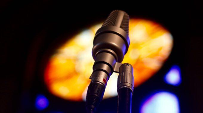 Mikrofon Mit Farbigem Kirchenfenster Im Hintergrund