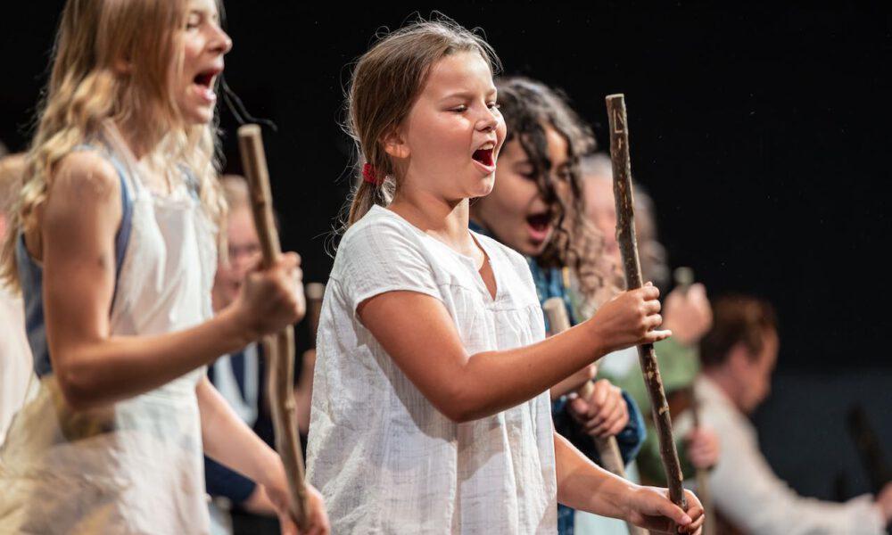 Ri-ra-rutsch! Mitglieder Des Kinderchores In Engelbert Humperdincks
