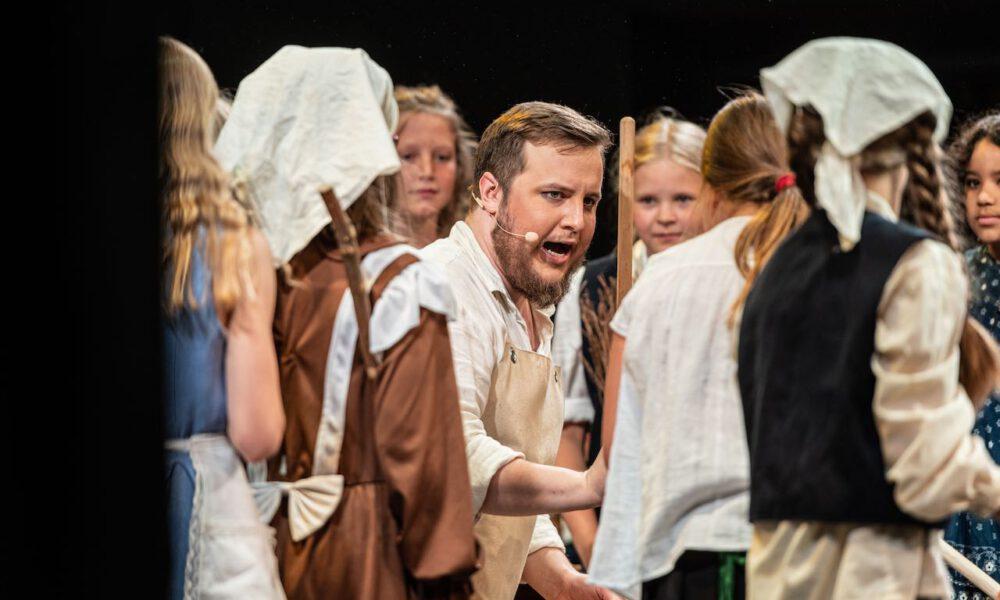 Ri-ra-rutsch! Die Kinder Des Der Besenbinder Instruiert Seine Kinder.