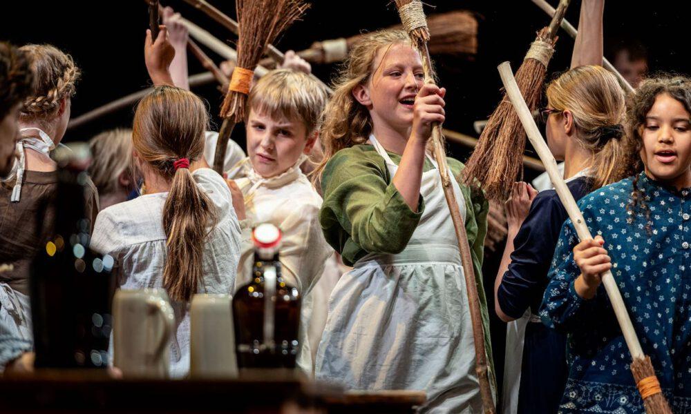 Ri-ra-rutsch! Die Kinder Des Besenbinders Verkaufen Ihre Besen.