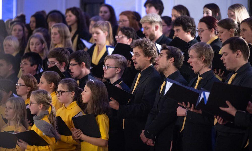 200 Sänger Und Sängerinnen Aus Vorschul- Und Spatzenchören, Kinderchor, Mädchen-, Frauen- Und Kammerchor Stimmen Im Neuen Rathaus Auf Die Adventszeit Ein.