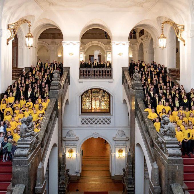 Das Jahrgangsfoto 2018 Mit über 200 Chormitgliedern Auf Der Großen Freitreppe Des Neuen Rathauses.