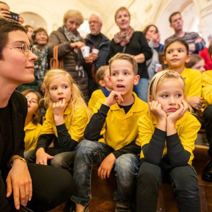 Die Chöre Der Schola Cantorum Stimmmen In Der Oberen Wandelhalle Des Neuen Rathauses Auf Die Adventszeit Ein.