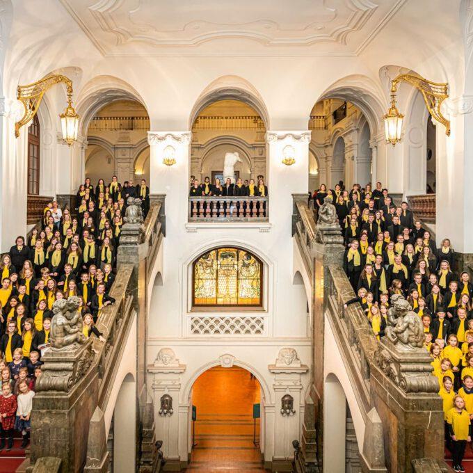 Nach Dem Konzert Entsteht Auf Der Großen Freitreppe Das Jahrgangsfoto Mit 200 Chormitgliedern Aus Allen Chören Der Schola Cantorum.