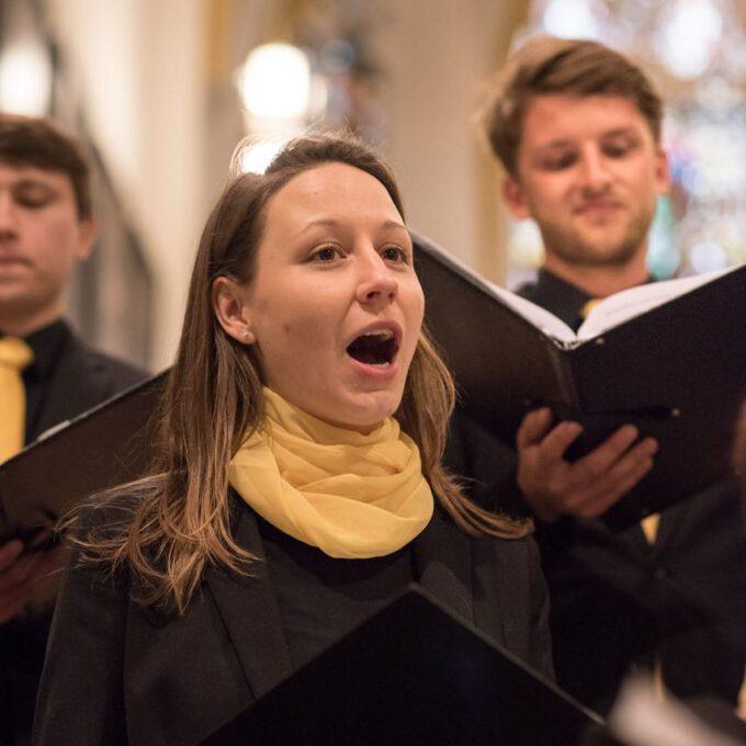 Mitglieder Des Kammerchores Der Schola Cantorum Singen Im Abendgottesdienst In Der Leipziger Thomaskirche