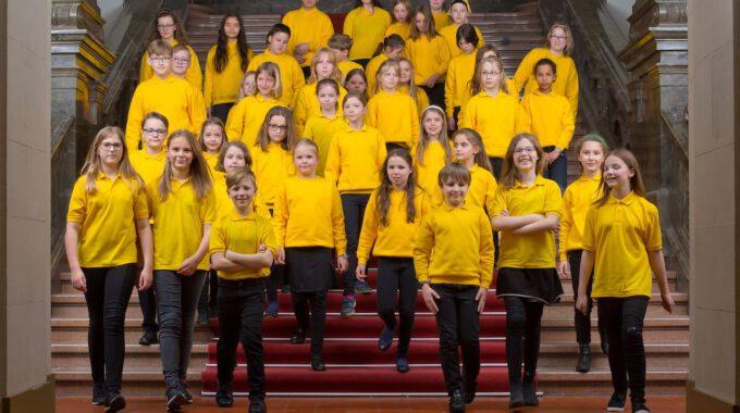 Mitglieder Des Kinderchores Der Stadt Leipzig Auf Der Großen Freitreppe Im Neuen Rathaus Leipzig