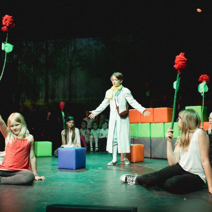 """Der Kleine Prinz Im Rosengarten In Der Kinderoper """"Der Kleine Prinz"""""""