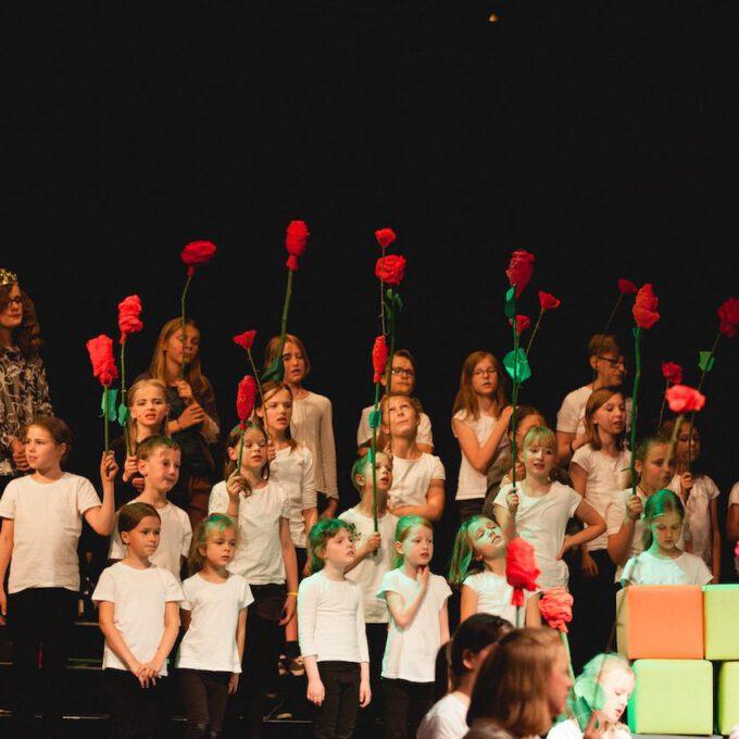 Mitglieder Des Kinderchores Halten Selbstgebastelte Rosen In Den Händen