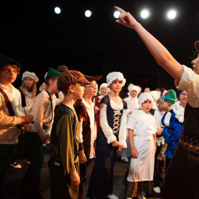 Kinderoper Rumpelstilzchen: Szene Mit Dem Müller Und Den Kindern Des Dorfes