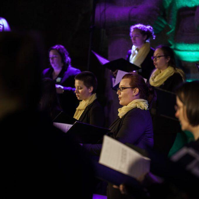 Mädchen- Und Frauenchor Der Stadt Leipzig Im Stimmungsvoll Beleuchteten Völkerschlachtdenkmal