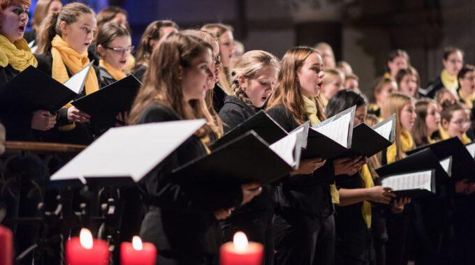 Mitglieder Des Mädchen- Und Frauenchores Während Des Weihnachtsliedersingens In Der Leipziger Peterskirche