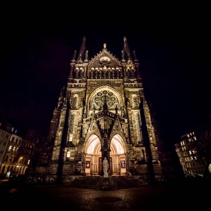 Außenansicht Der Leipziger Peterskirche Am Abend
