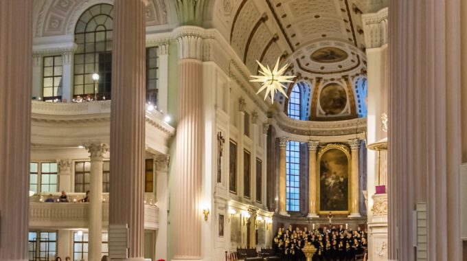 Mädchen- Und Frauenchor Im Altarraum Der Nikolaikirche Leipzig
