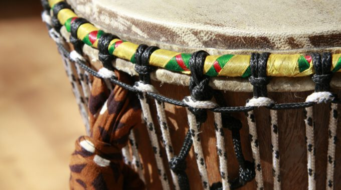 Afrikanische Naturfelltrommel, Gespannt Mit Bunten Bändern