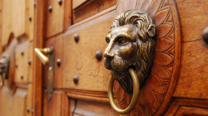 Antike, Holzfarbene Tür Mit Türklopfer