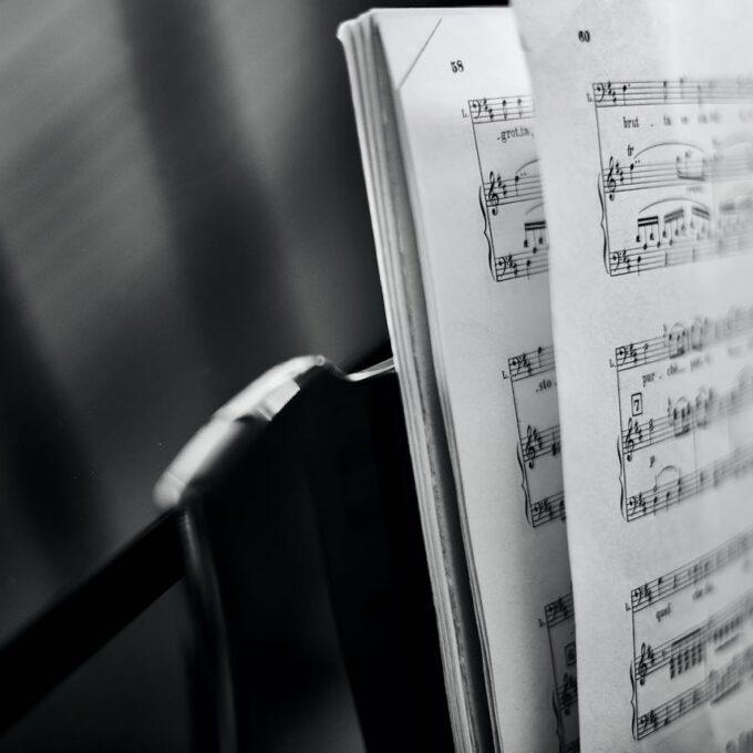 Aufgeschlagener Klavierauszug Auf Einem Flügel