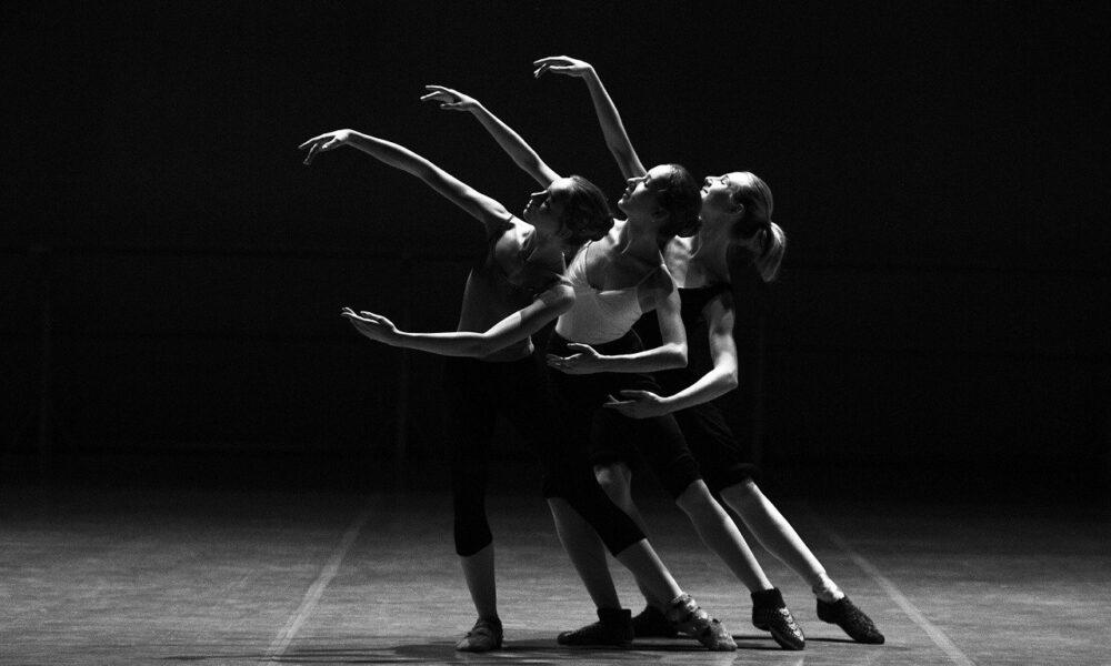 Schwarz-weiß-Fotografie: Drei Balletttänzer In Formation