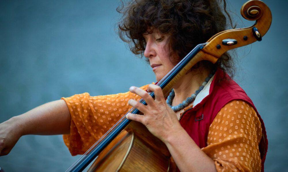 Eine Musikerin Spielt Cello