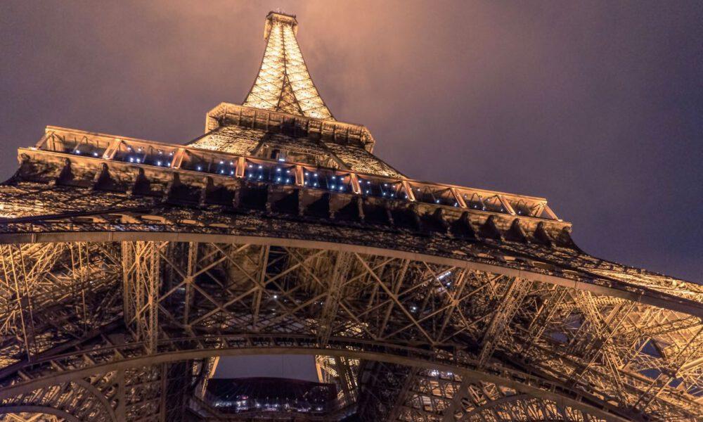 Der Erleuchtete Pariser Eiffelturm Bei Nacht