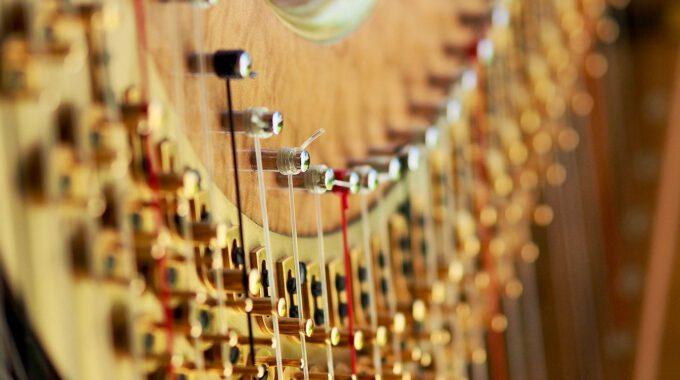Detailaufnahme Einer Harfe Mit Stimmwirbeln Und Saiten