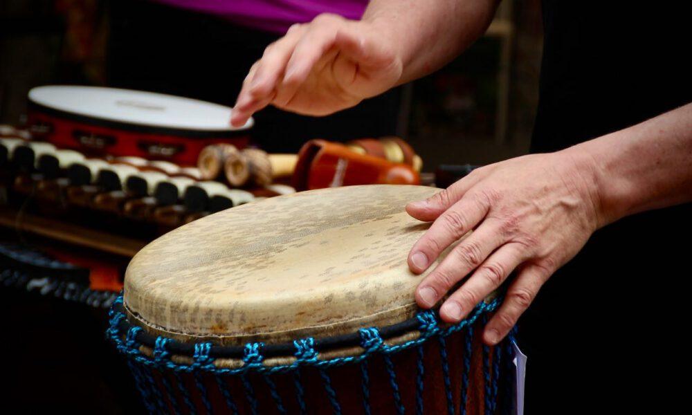 Ein Musiker Spielt Djembe