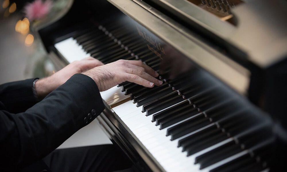 Ein Musiker Spielt Klavier