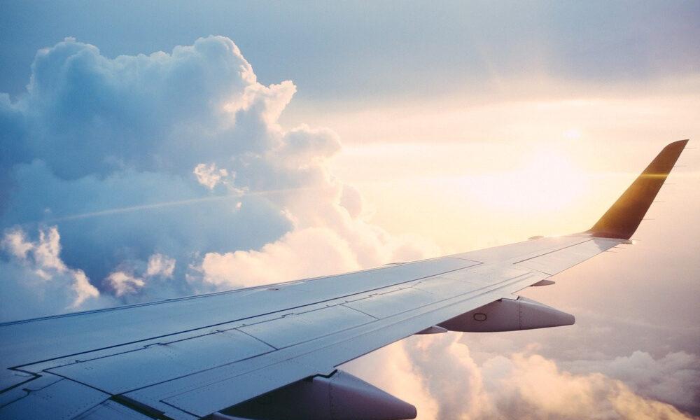 Der Flügel Eines Flugzeugs Über Den Wolken