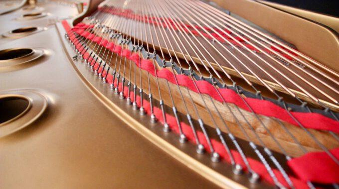 Rahmen Und Saiten Eines Konzertflügels
