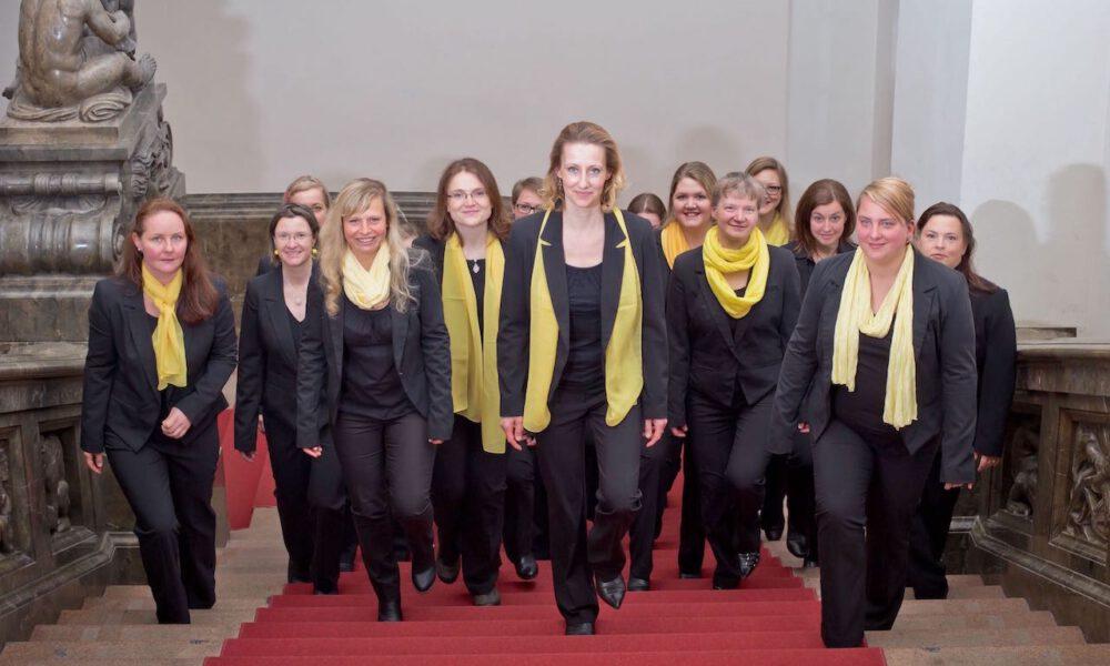 Mitglieder Des Frauenchores Auf Der Freitreppe Des Neuen Rathauses
