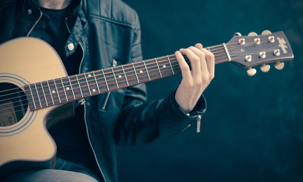 Ein Musiker Spielt Gitarre