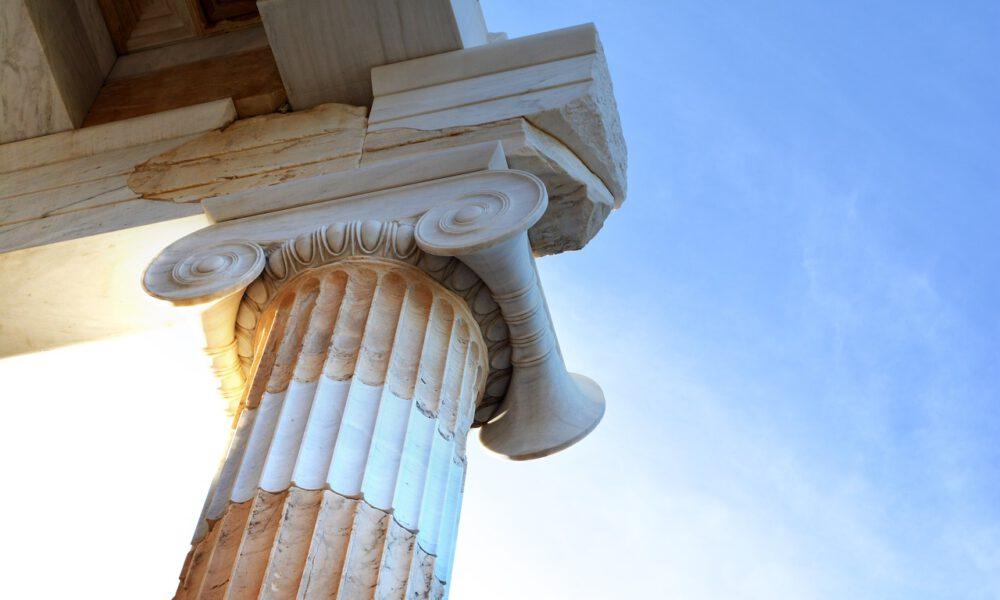 Griechisches Säulenkapitell Vor Blauem Himmel