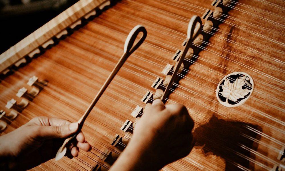 Ein Musiker Spielt Hackbrett