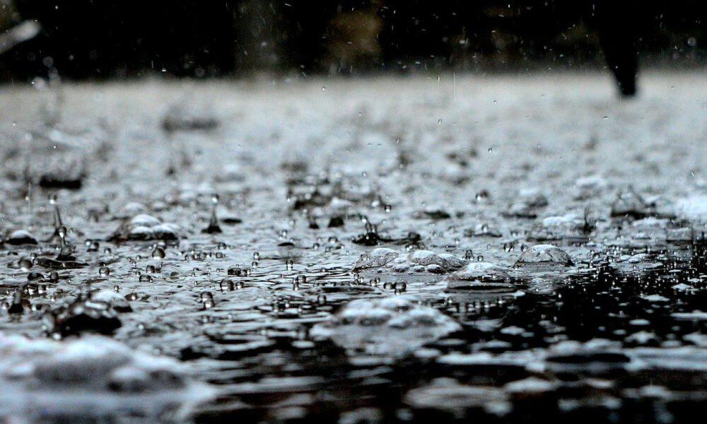 Heftiger Regen Fällt - Pfützen Bilden Sich