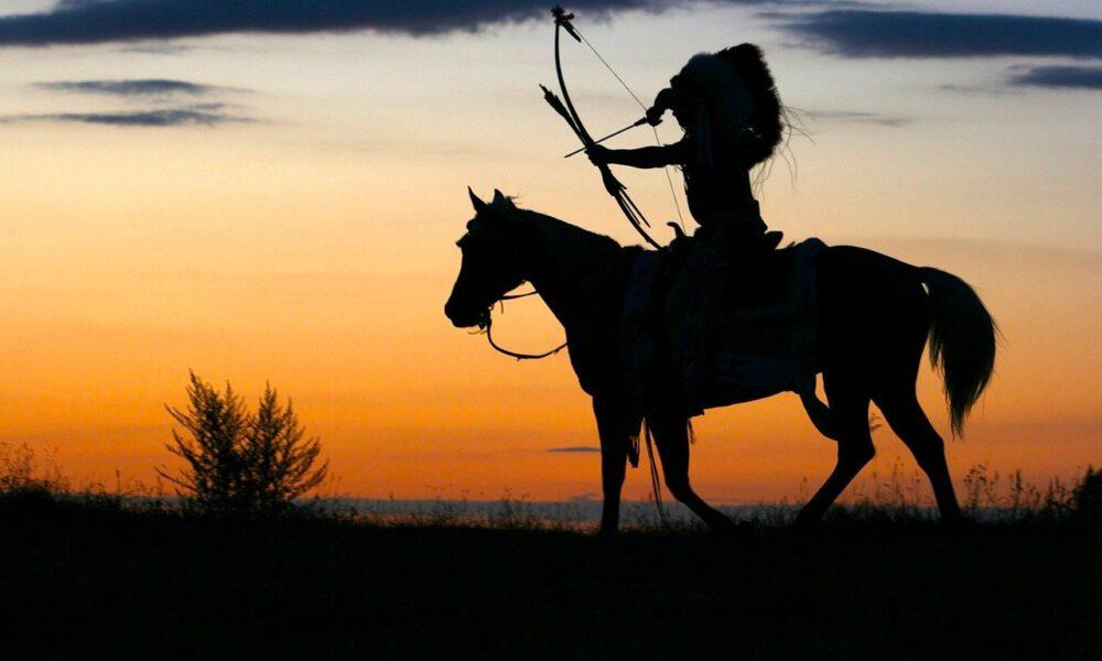 Indianer Zu Pferd Zielt Mit Seinem Bogen