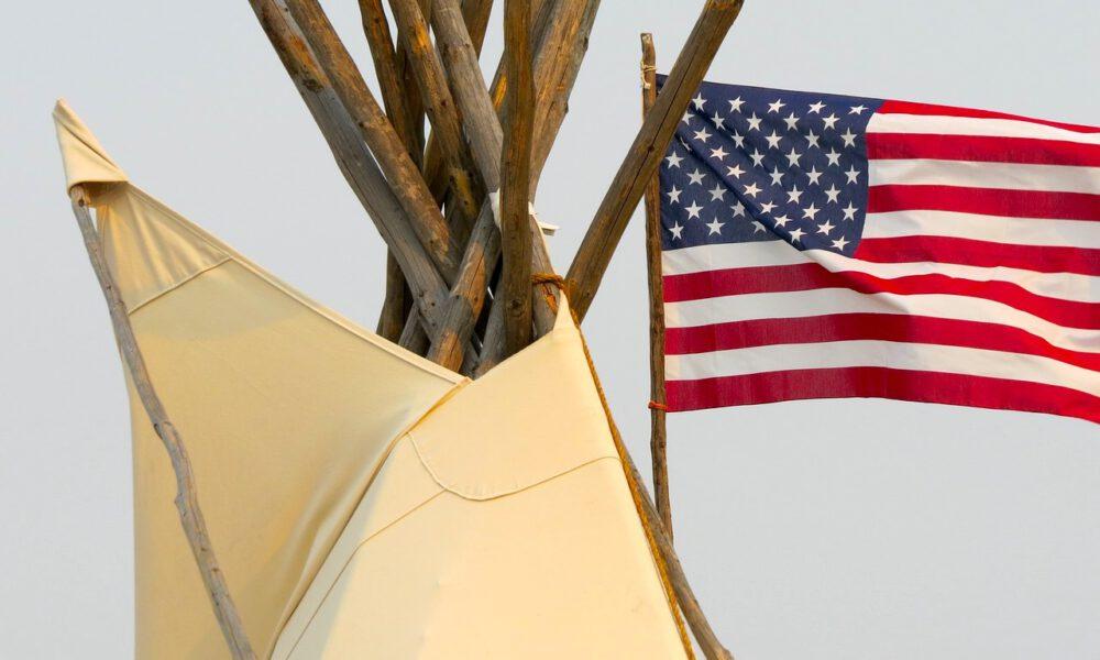 Spitze Eines Indianerzelts Mit US-Flagge Im Hintergrund