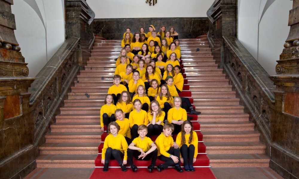 Mitglieder Des Kinderchores Auf Der Freitreppe Des Neuen Rathauses