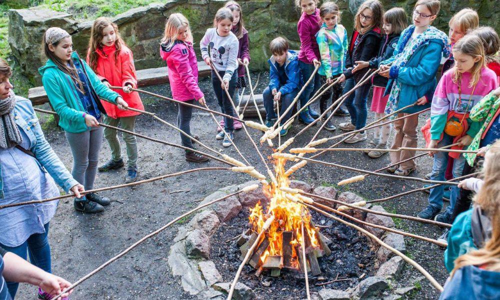 Mitglieder Des Kinderchores Am Lagerfeuer In Der Jugendherberge Bad Lausick