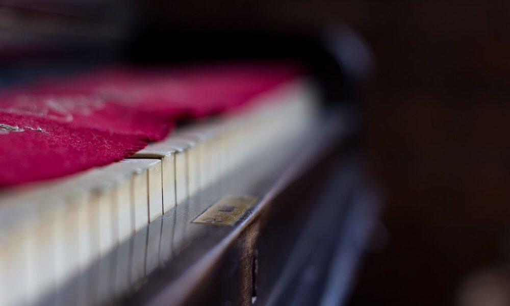 Klaviertastatur Mit Rotem Tastenläufer