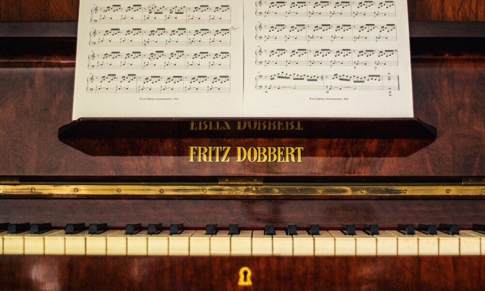 Detailaufnahme Eines Klaviers, Auf Dem Notenständer Steht Bachs C-Dur-Präludium