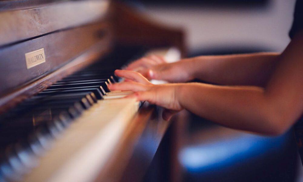 Ein Kind Spielt Klavier